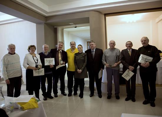 Jana Hvolková (duhá zľava) preberá ocenenie Bronzová včela